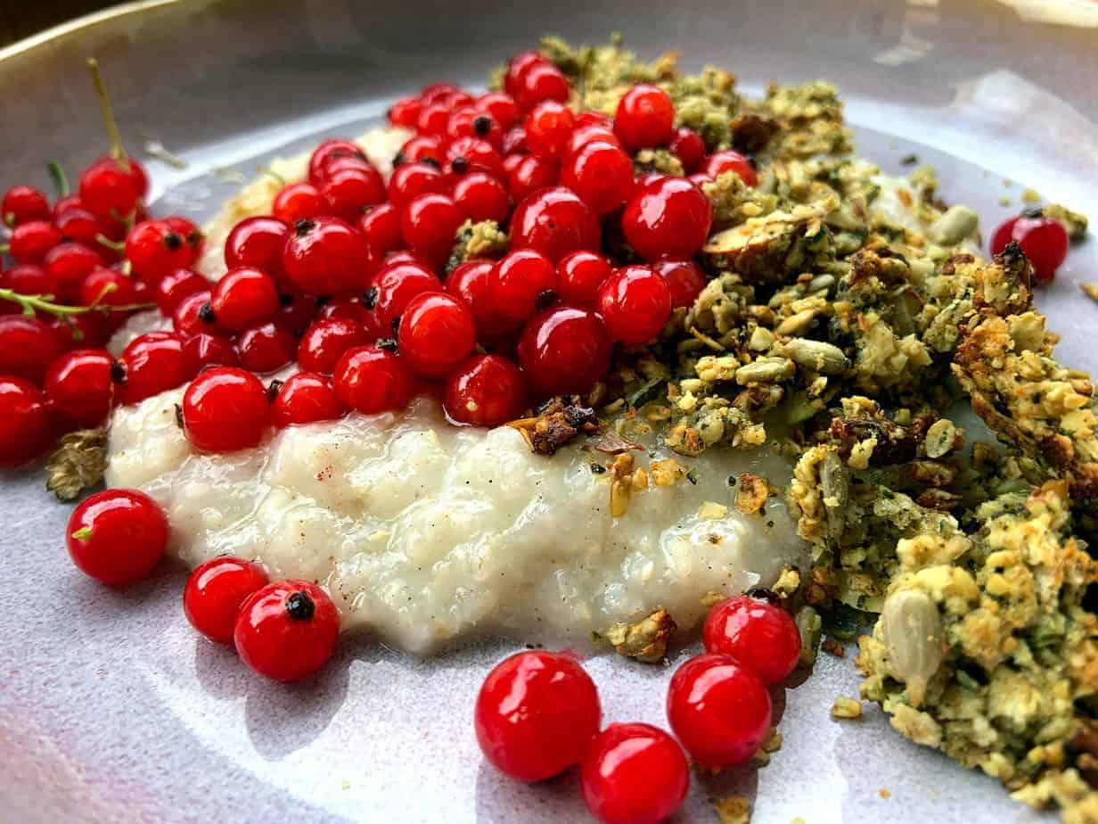Kokos-Reisflocken Porridge mit Bananen Granola und Roten Johannisbeeren