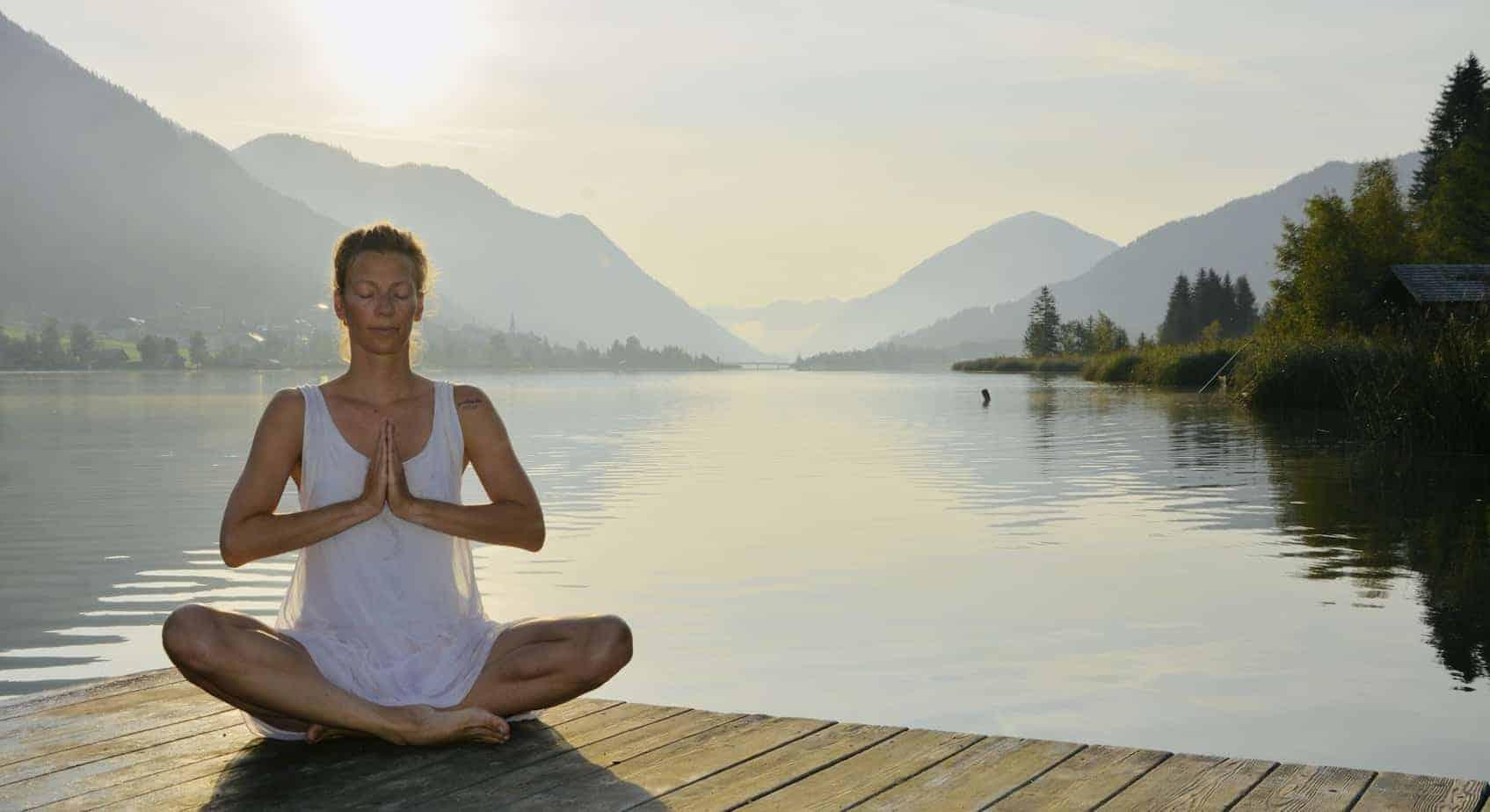 Franzi von Nahrungsglück meditiert am See