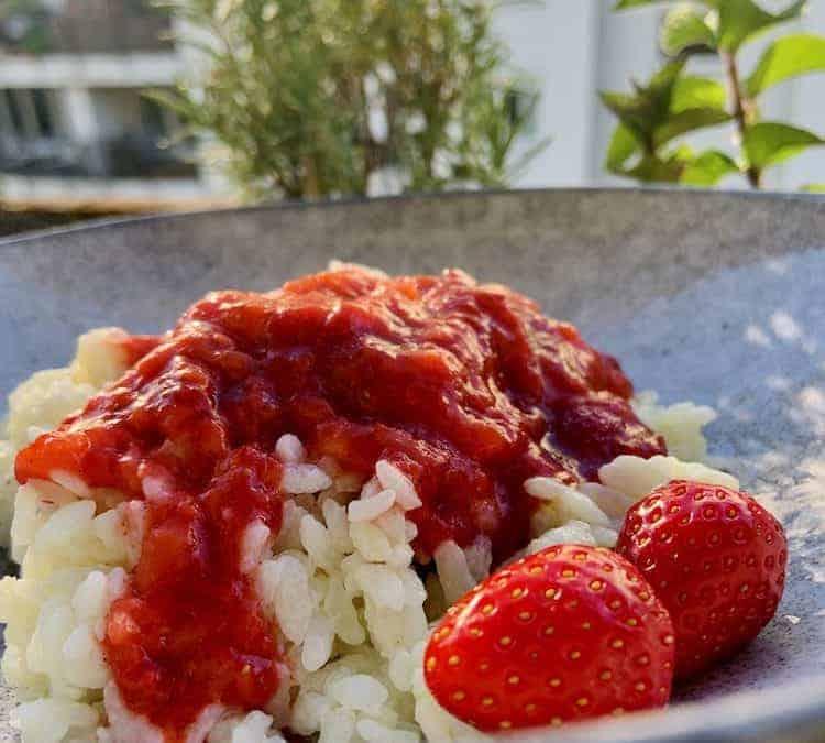 Cremiger Vanille Milchreis mit Kardamom-Erdbeeren