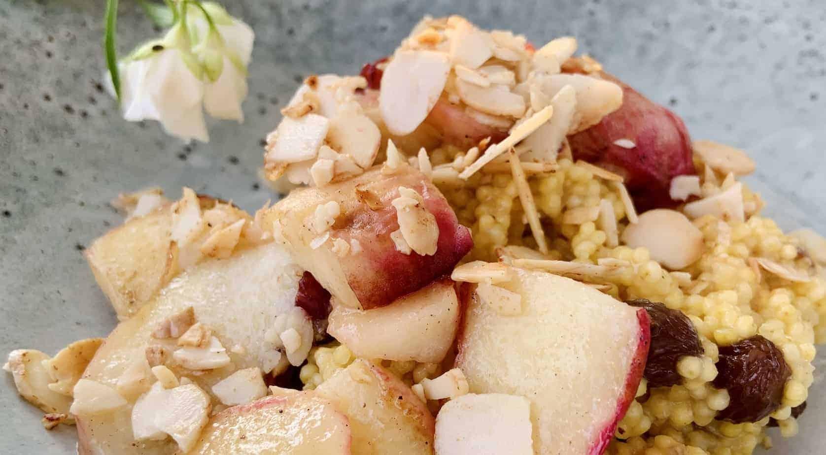 Hirse Porridge mit Pfirsich und Rosinen