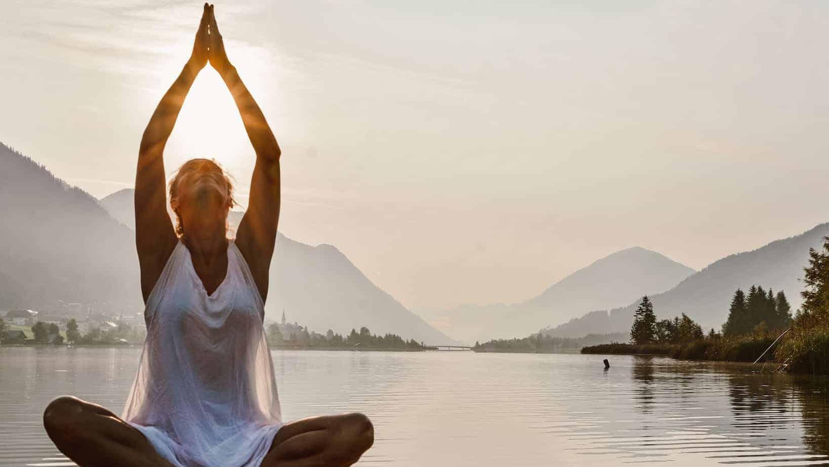 Franzi von Nahrungsglück meditiert am Wasser